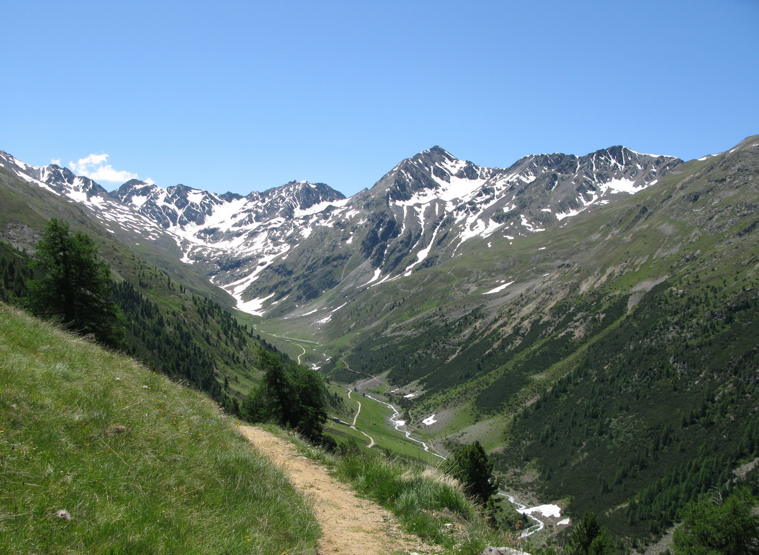 Val_delle_Mine,_hore_cestou_vľavo,_dole_singl_vpravo,_foto_pri_zjazde_z_Motolina